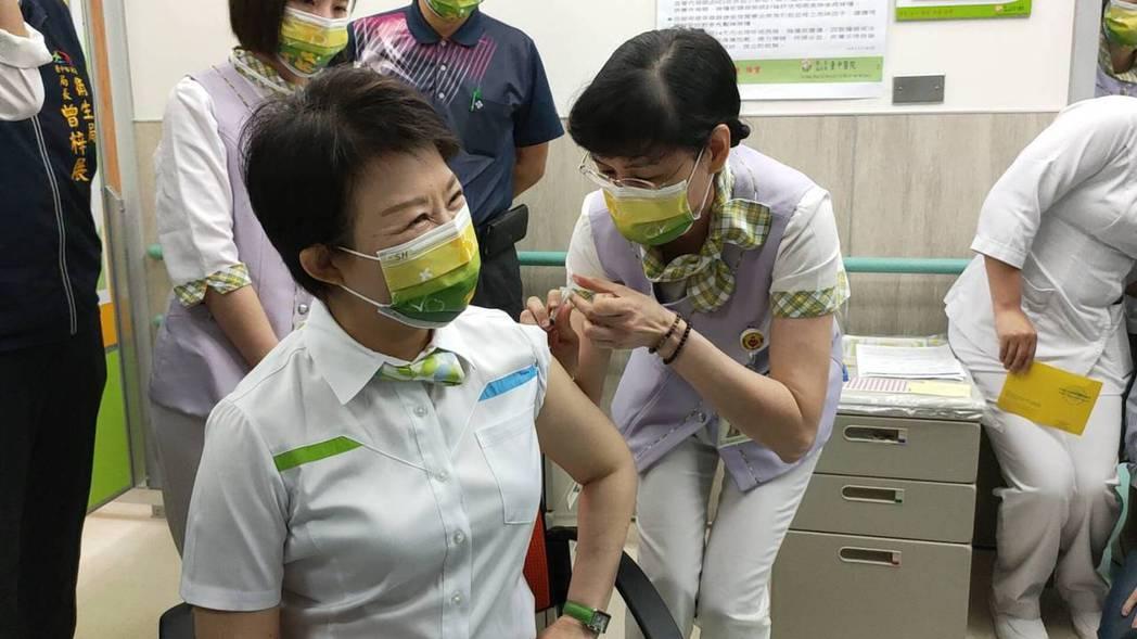 台中市長盧秀燕日前曾在台中醫院帶頭接種COVID-19疫苗。記者黃寅/攝影