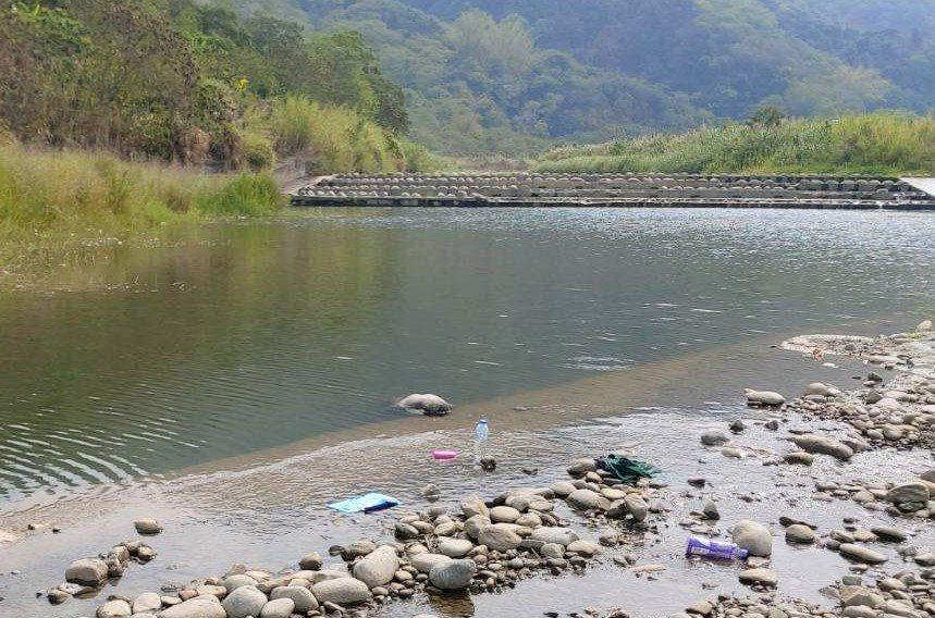 台中市太平區今天「供五停二」限水,卻有人上午9時許發現在一江橋下的頭汴坑溪旁,發...