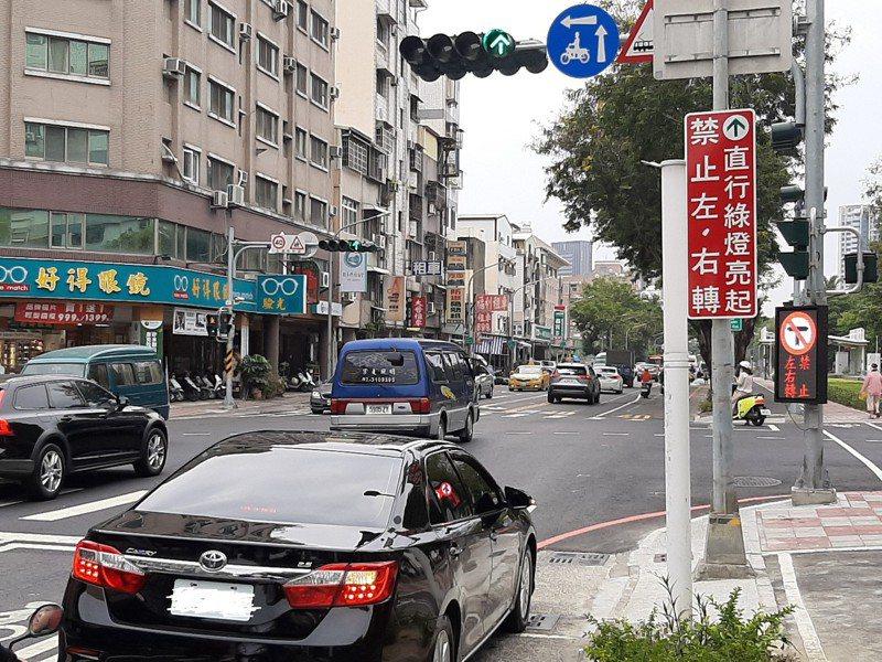 高雄輕軌屢遭撞,交通局設電子看板提醒禁止左右轉。圖/高雄市交通局提供