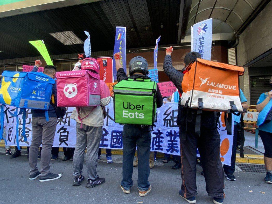 全國外送產業工會籌備會今到勞動部抗議兩大外送平台黑箱砍薪,並要求勞動部制定外送員...