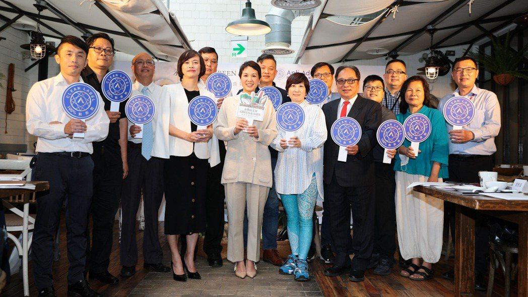永豐餘生技總經理何奕佳(左六)表示,目標今年底,自有品牌產品9成以上通過「國際A...