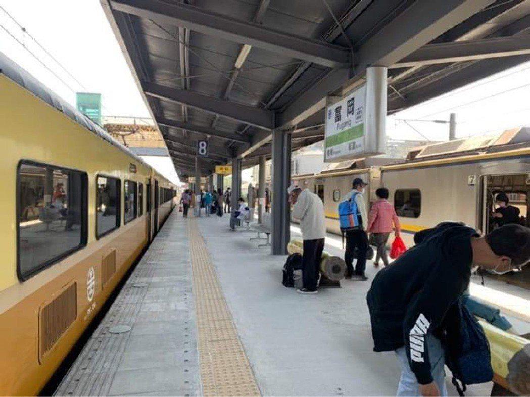 109次自強號疑似在富岡車站鬆軔不良,目前處理無效,將改回送七堵。圖/讀者提供