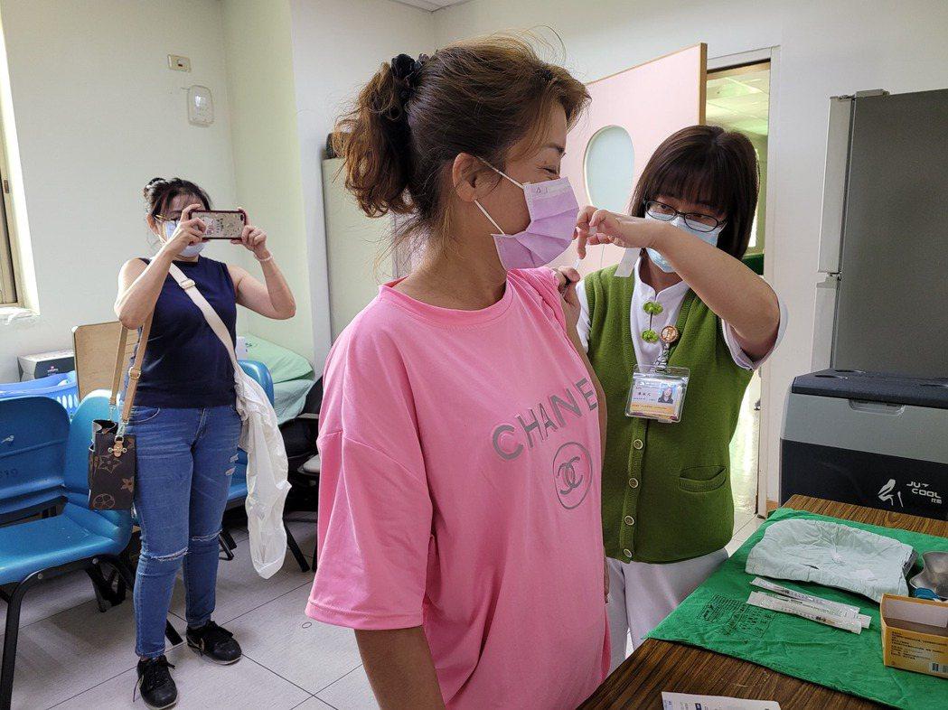 COVID疫苗明起開放民眾自費接種,竹山鎮長陳東睦率先與鎮內里長、防疫人員加入施...