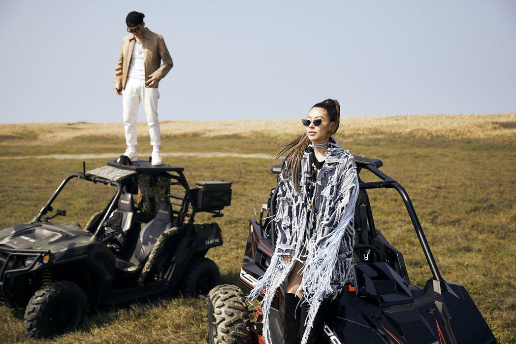 蔡詩芸(右)和ØZI開著越野車拍攝MV。圖/瑩音樂提供