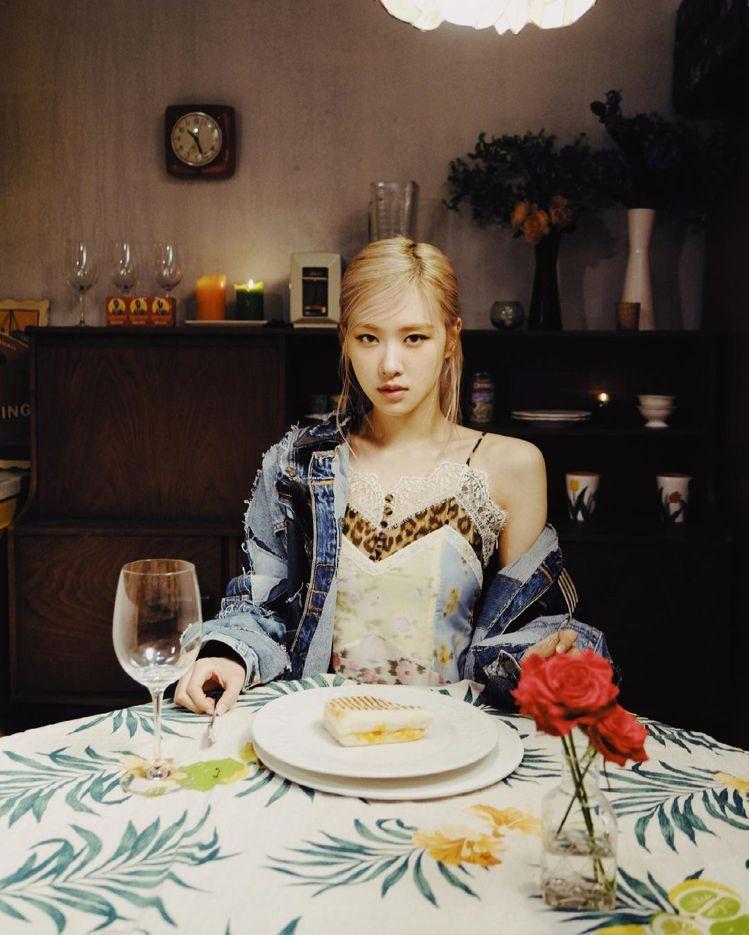 BLACKPINK成員朴彩英ROSE在MV裡身穿Blumarine春夏豹紋花卉蕾...