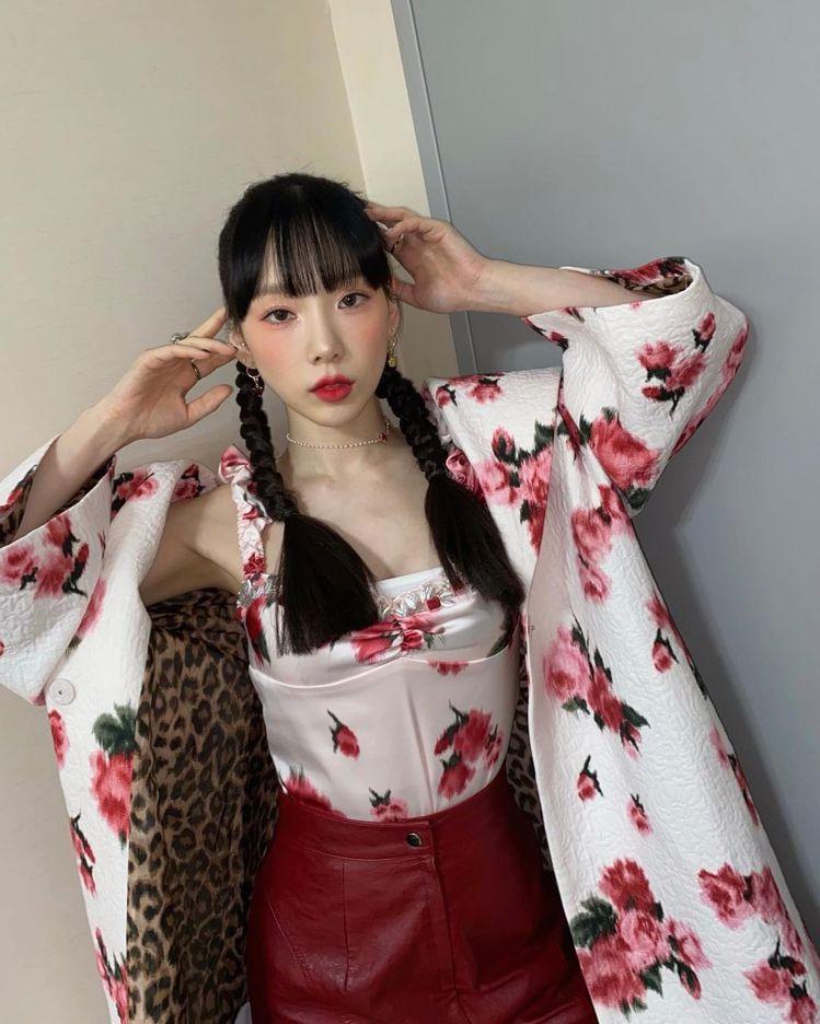 少女時代的太妍前陣子也穿上Blumarine春夏系列玫瑰圖案的白色露肩上衣搭配同...
