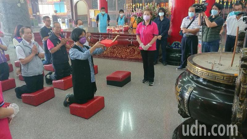彰化縣長王惠美跪拜擲筊,請示舉辦國際海牛節的日期。記者簡慧珍/攝影
