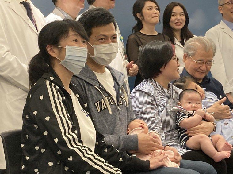 42歲的張小姐(左一)於今年4月初成功生子。記者黃惠群/攝影