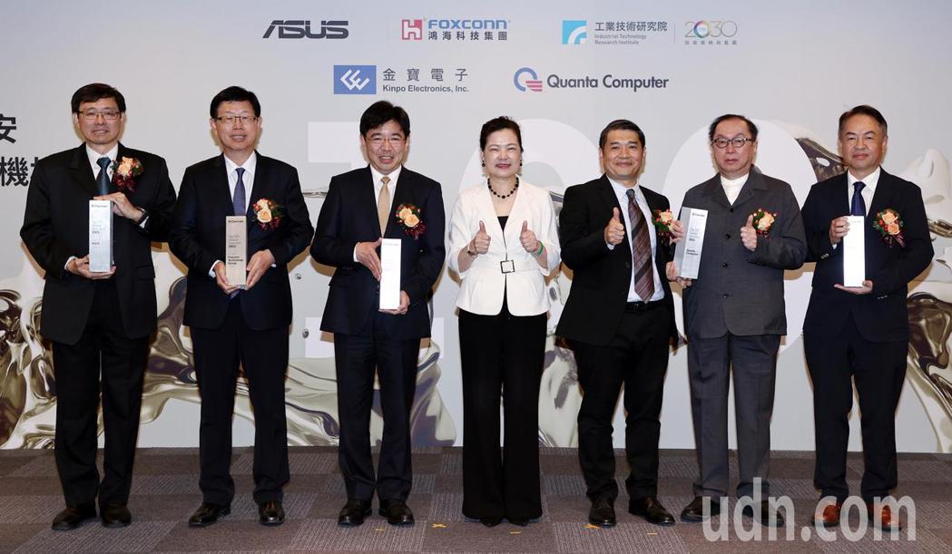 科睿唯安全球百大創新機構頒獎典禮今天舉行,獲獎機構代表華碩共同執行長許先越(左起...