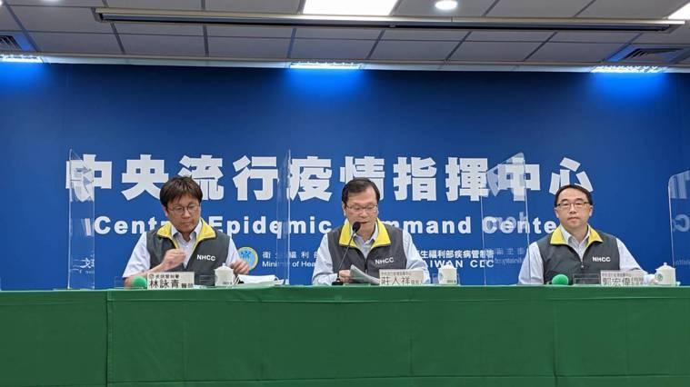 左起為疾病管制署預防醫學辦公室防疫醫師林詠青、中央流行疫情指揮中心發言人莊人祥、...