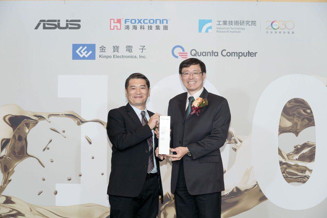 華碩登2021全球百大創新機構,今(20)日出席頒獎典禮,科睿唯安台灣總經理范永...