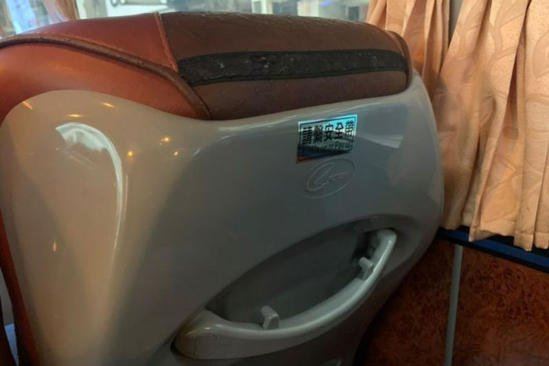 民眾搭乘中壢客運時,找不到安全帶的綁帶和子母扣,讓乘客質疑安全帶形同虛設。圖/讀者提供