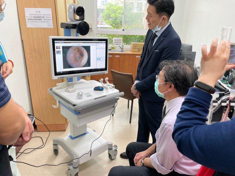 研華與臺北榮民總醫院、板橋榮民之家進行遠距醫療合作,於板橋榮家進行遠距設備實地測試及現場醫護人員的軟、硬體教育訓練。  圖/研華提供