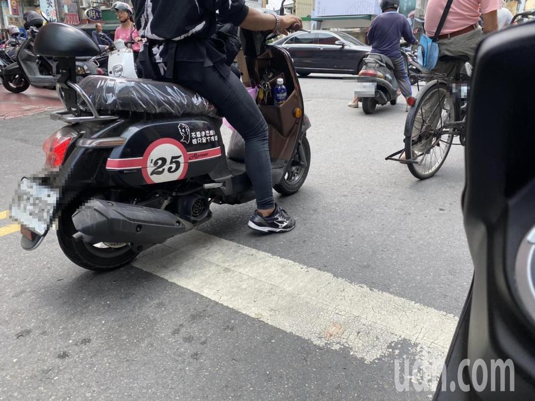 交通隊回應,依據道路交通處罰條例,紅燈越線汽機車皆罰900元。記者陳弘逸/攝影