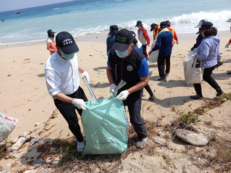 今年春季首場淨海、淨灘活動,今(20日)於小琉球開跑,共清除125公斤垃圾。圖/屏東縣政府提供