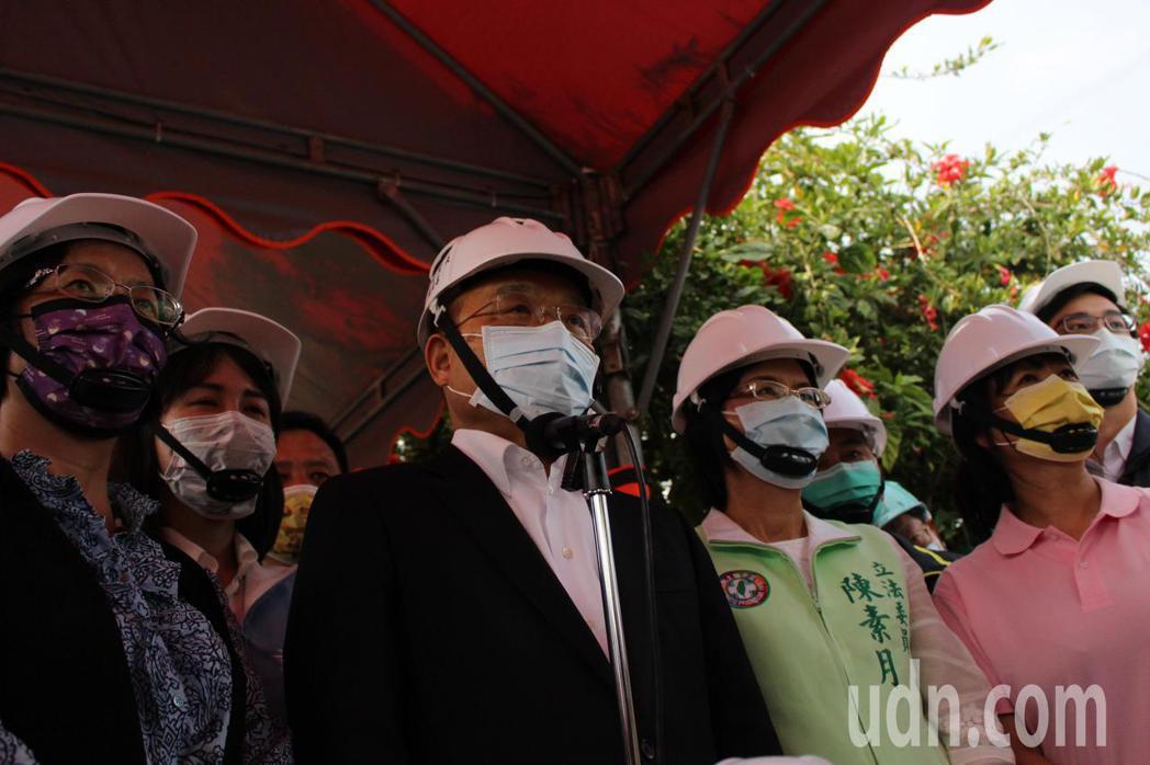 行政院長蘇貞昌(左二)今天到彰化市視察烏溪伏流水工程進度。記者林敬家/攝影