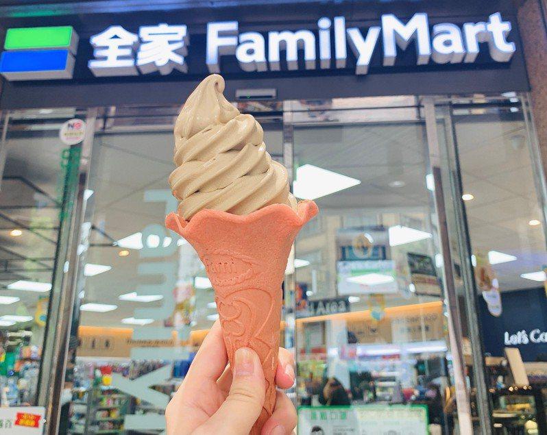 最道地台味「東方美人茶霜淇淋」搭珊瑚粉餅皮,打造爽甜風味。圖/全家便利商店提供