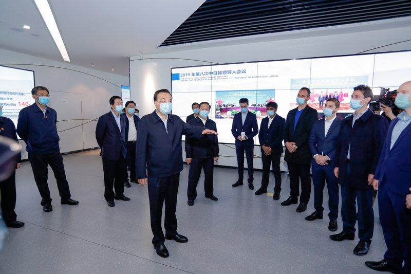 李克強考察中國—歐洲中心,先後與外資和中資企業代表交流。中國政府網