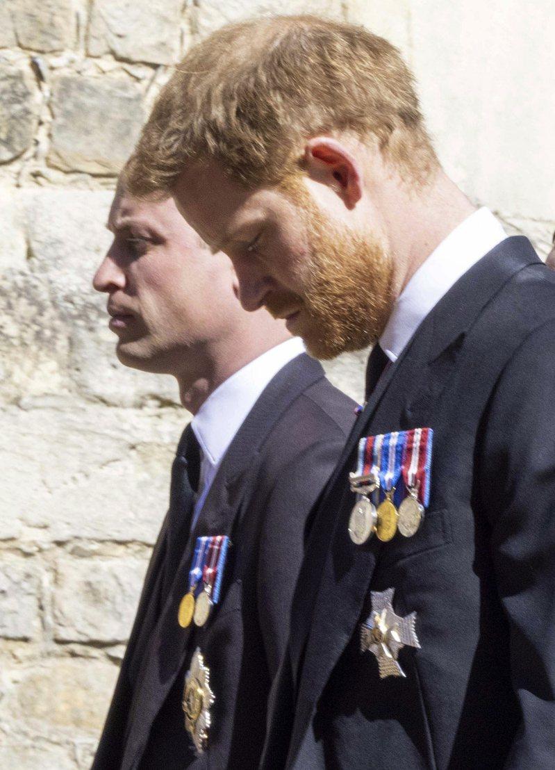 因去年哈利王子宣布退出王室,軍銜遭撤銷,女王指示出席王室男性成員全部改穿禮服而非軍服。威廉與哈利兩人17日在移靈時一度有肩並肩的機會。圖/美聯社