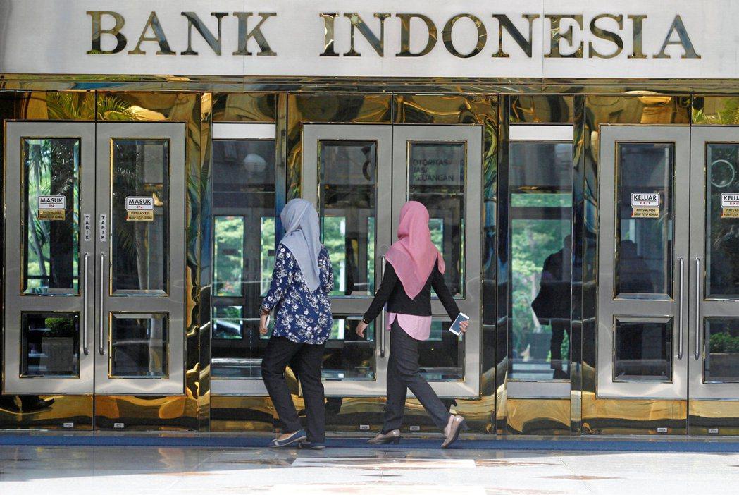 印尼央行20日維持基準利率不變,並下修2021年經濟成長率。路透
