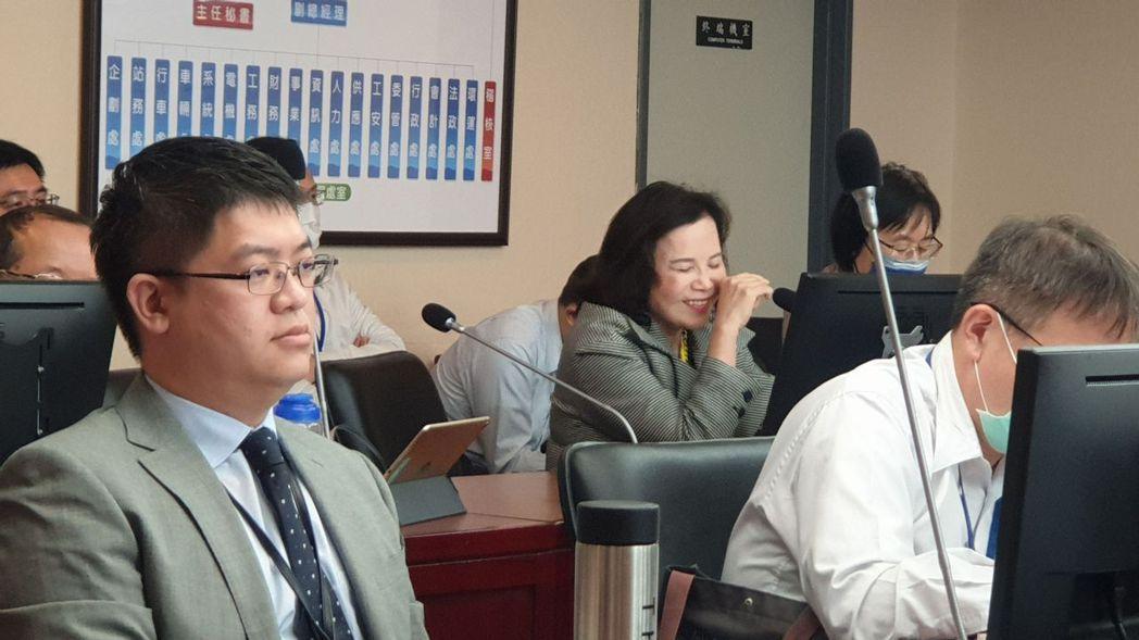針對如何加強悠遊卡公司的淨利,北市府市長室主任謝明珠(中)說,行銷學有時的發酵在...