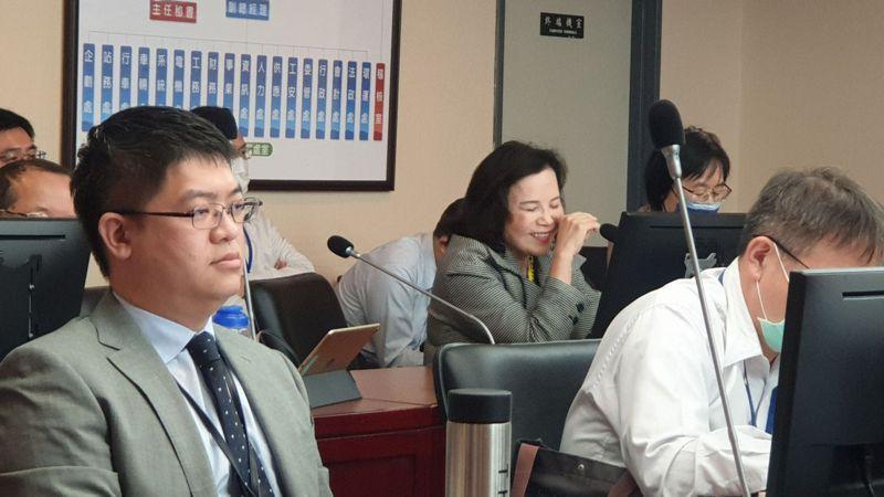 針對如何加強悠遊卡公司的淨利,北市府市長室主任謝明珠(中)說,行銷學有時的發酵在後面。記者胡瑞玲/攝影