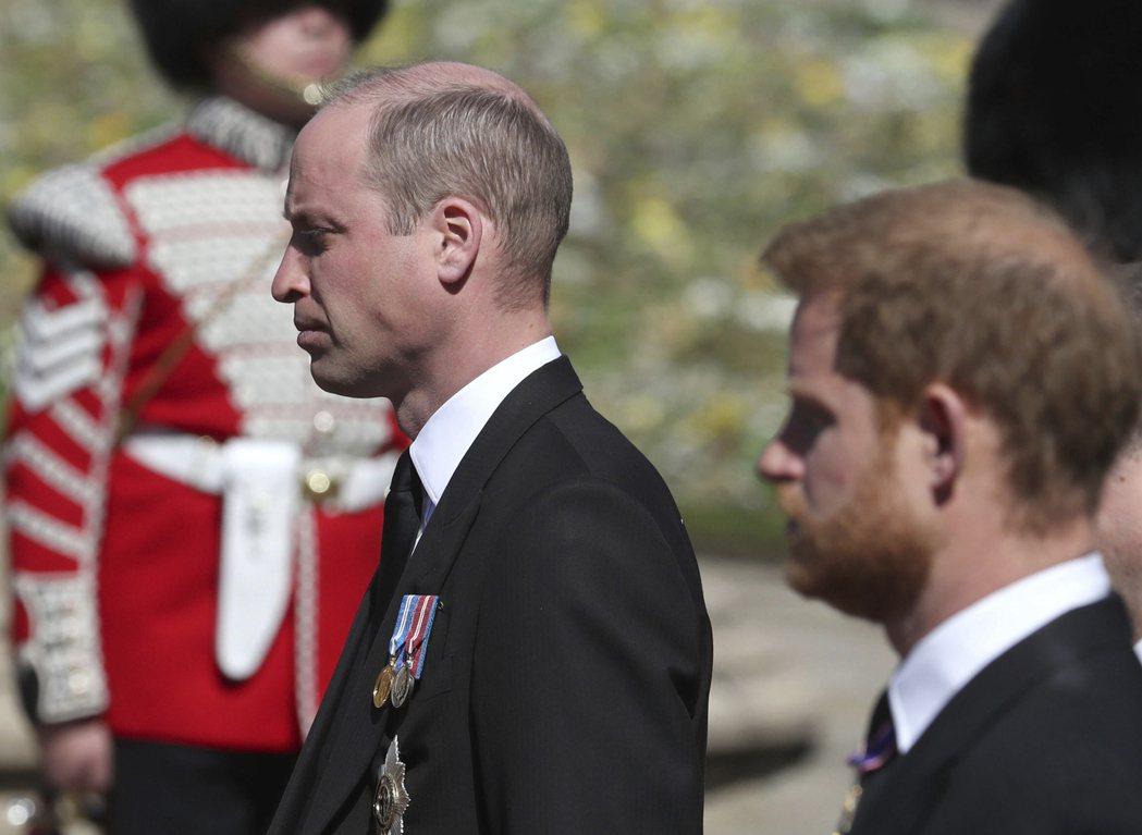 英國威廉王子(左)和哈利17日出席菲立普親王葬禮,兩人短暫交談。圖/美聯社