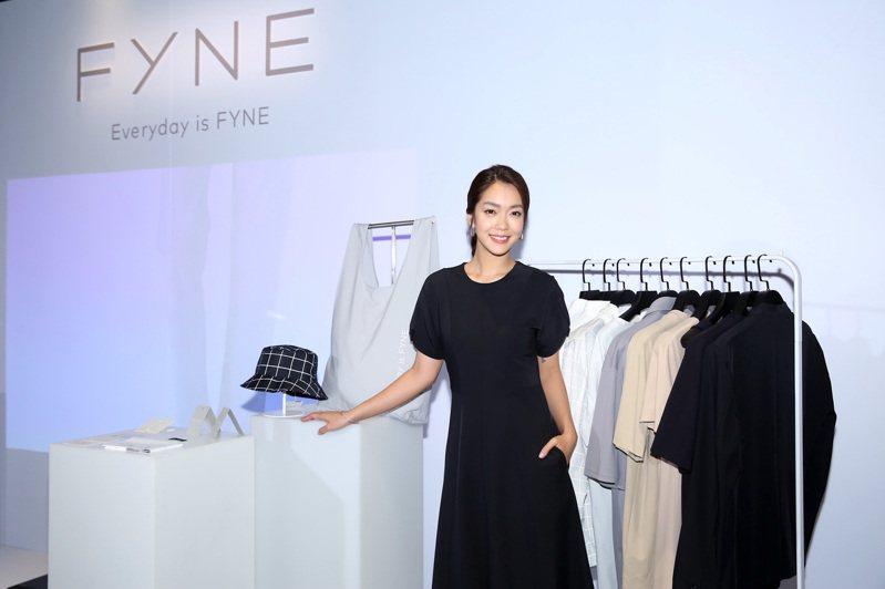 長期關注環境保護的李霈瑜身穿FYNE連身洋裝,為品牌官網開站現身記者會。圖/FYNE提供