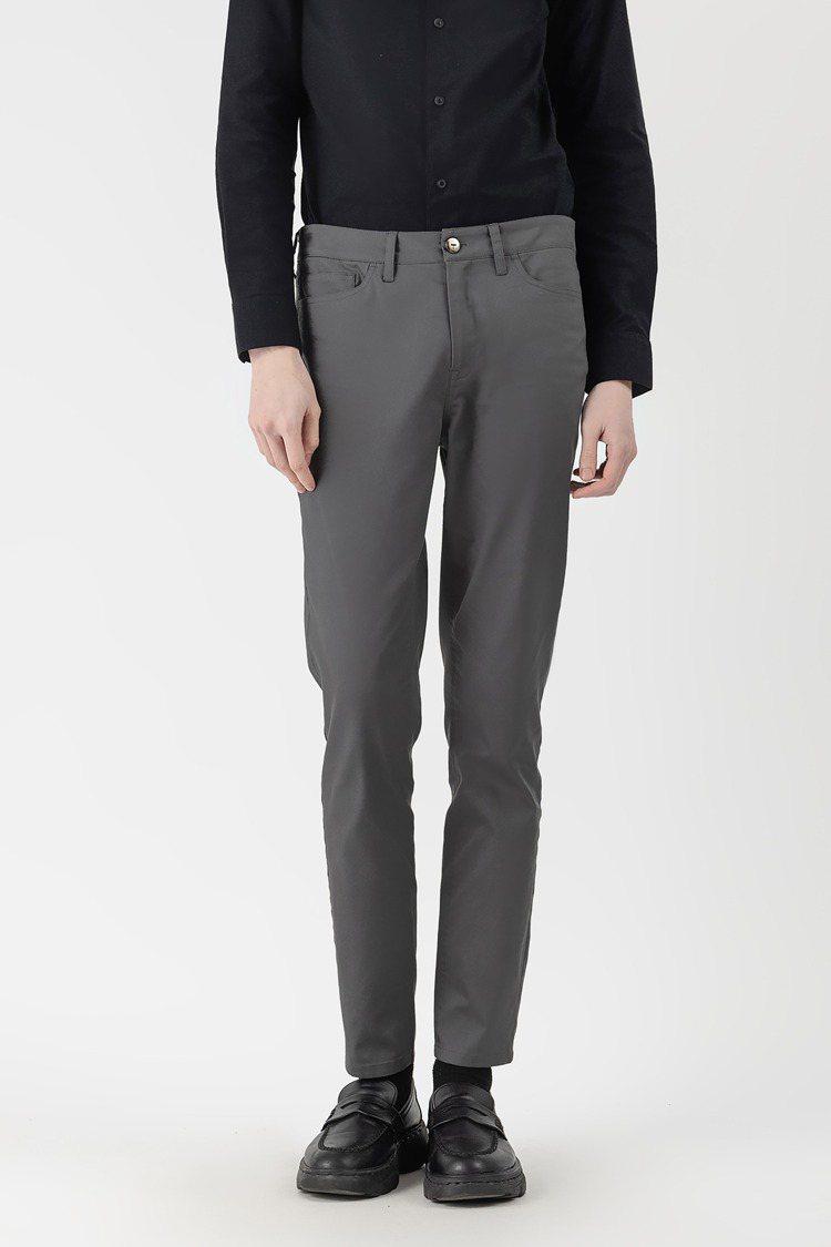 FYNE VIROBLOCK布料系列合身長褲2,780元。圖/FYNE提供