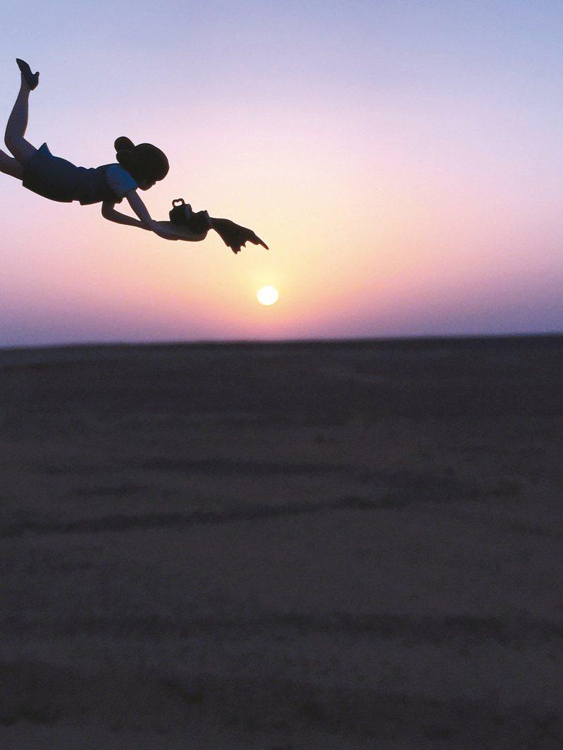 緣子與撒哈拉沙漠的日出。照片提供/曾于珊