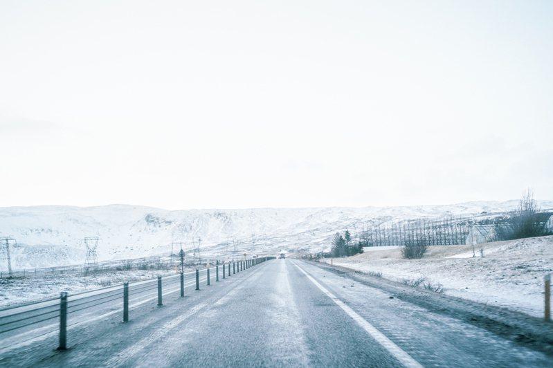 在白雪皚皚的一號公路上靜靜駕駛著,不知不覺想通了許多事。今日登場/林予晞