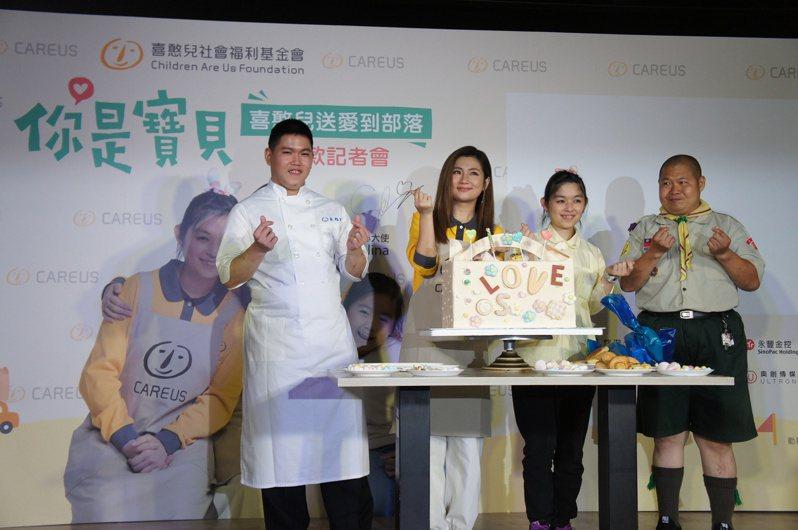selina與憨兒們共同DIY送愛餐盒造型蛋糕。圖/喜憨兒基金會提供