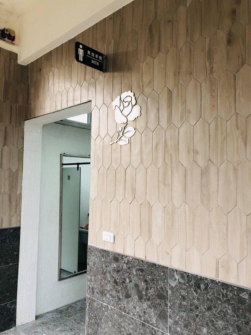 屏東縣高樹國中廁所改建,男生廁所外玫瑰意象。圖/高樹國中提供