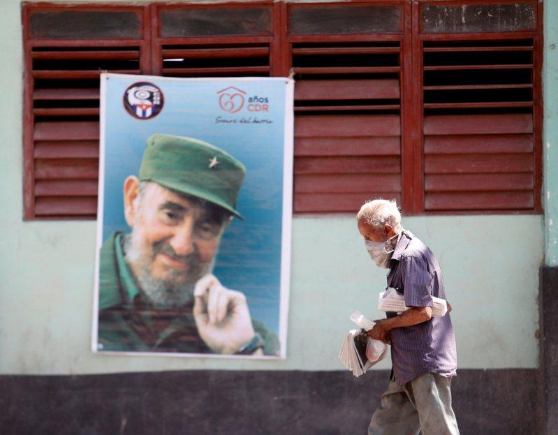 老牌共產國家古巴如今面臨嚴重的世代分裂,曾經的老革命,在普通民眾眼中已不食人間煙火。圖為4月19日古巴首都哈瓦那街上,有一幅革命領袖菲德爾卡斯楚的大幅海報。歐新社