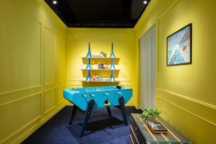 全新色彩的藍綠(Cyan)色手足球桌,310萬元。圖/LV提供