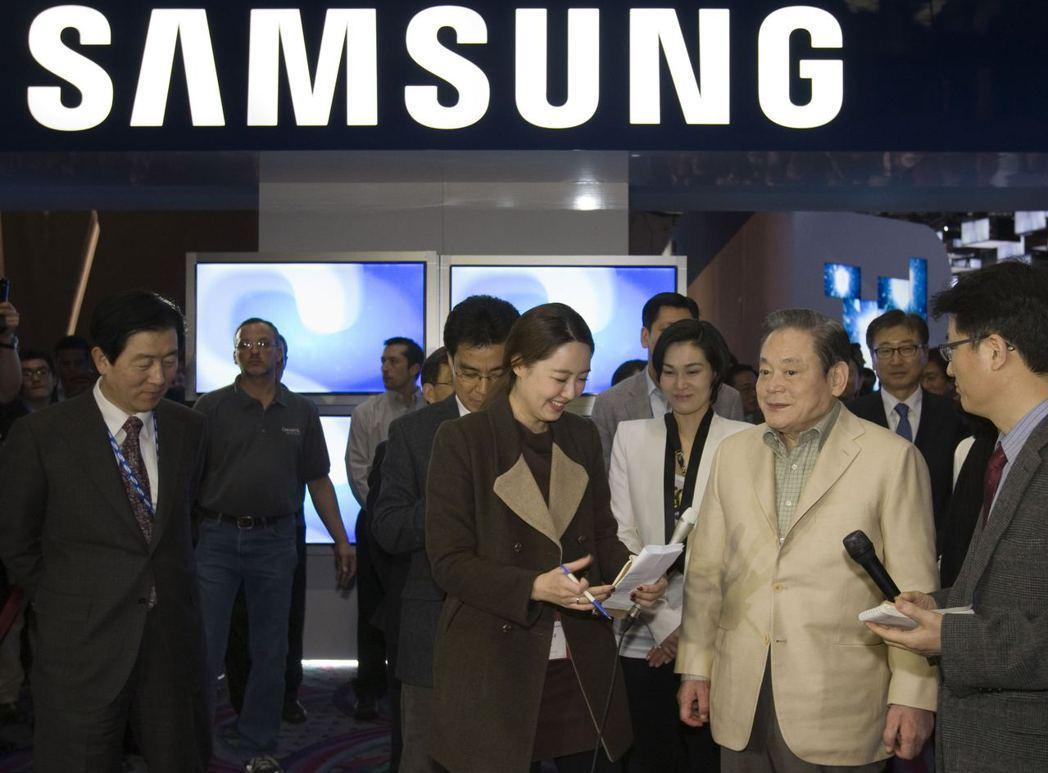 已故三星會長李健熙(右2)的繼承人,據傳考慮以股票抵押貸款支付遺產稅。 路透