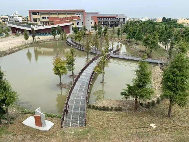 彰化縣鹿江國際中小學標榜是縣內第一座公辦公營實驗雙語學校,校園人工造景優美。圖/縣政府提供