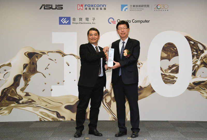 鴻海董事長劉揚偉(右)科睿唯安台灣區總經理范永銀。鴻海/提供