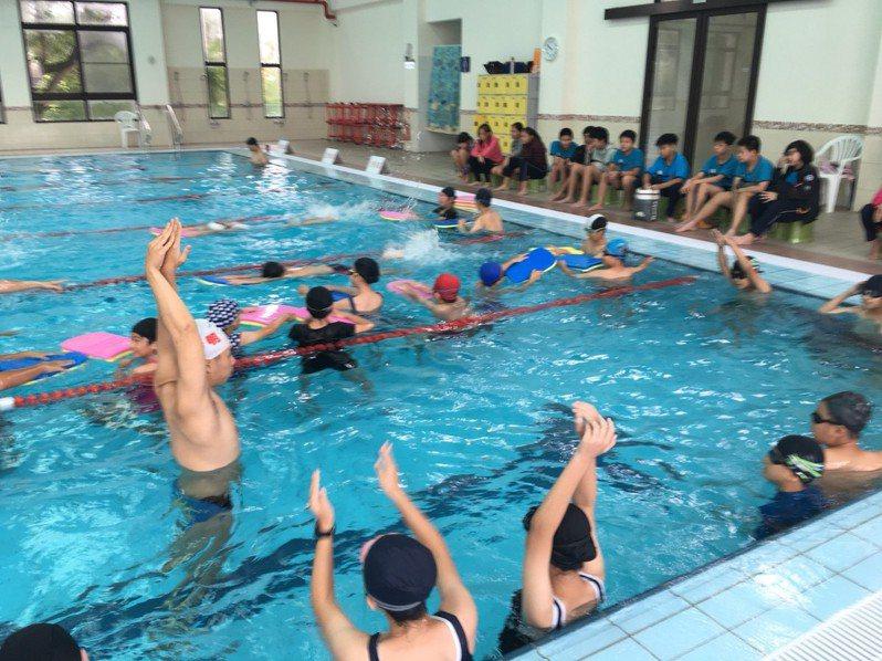 台南市政府26日起停止對游泳池供水,業者希望能有配套措施。記者鄭惠仁/攝影
