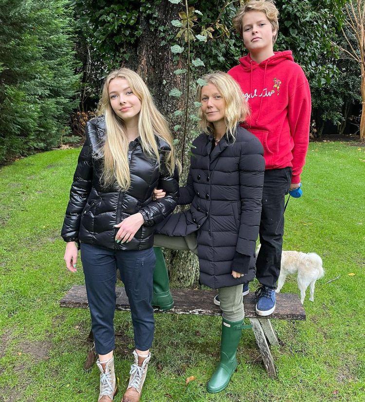 葛妮絲派楚(中)的女兒蘋果(左)、兒子摩西都已是青少年。圖/摘自Instagra...