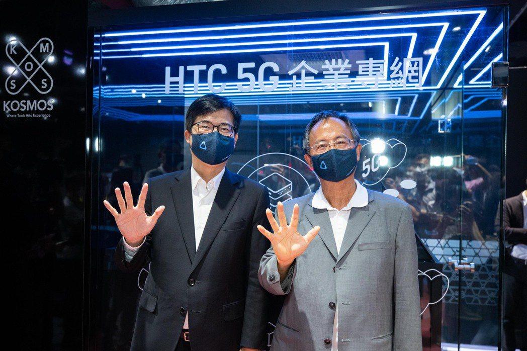 高雄市長陳其邁(左)、宏達電董事長陳文琦參觀5G企業專網設備。圖/高雄市經發局提...