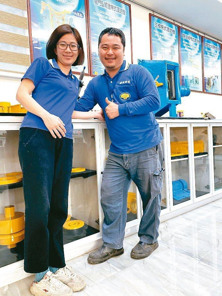 燿生機械廠長呂彥勳(右)說,公司提供給各產業「表面處理製程連線優化」的技術整合與...