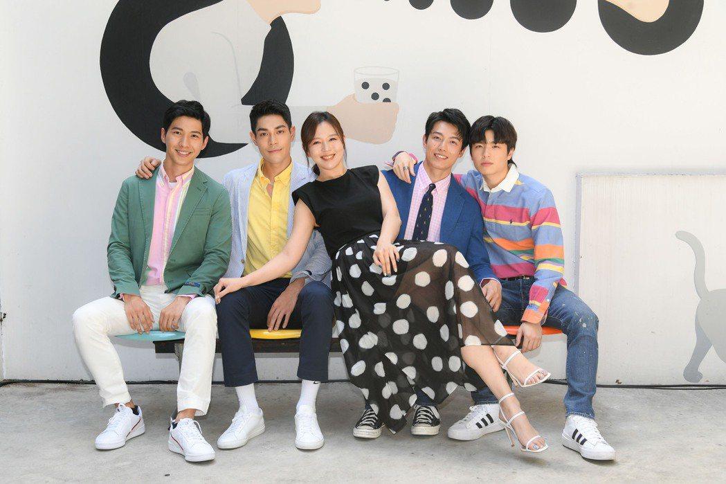 廖偉博(左起)李迪恩丶賴東賢和王碩翰合作BL劇「約定I DO」,劉品言坐大腿當佳