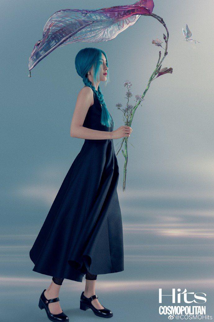 Angelababy以藍髮人魚姬的模樣拍攝COSMOHits。圖/取自微博