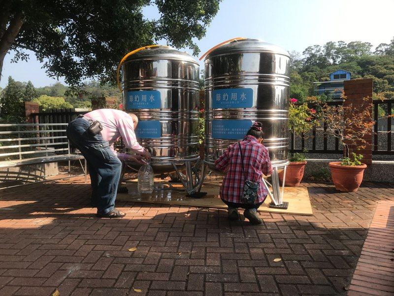 新竹市中隘里與南港里部分住戶實施「供五停二」停水措施,市府設置臨時供水站,讓住戶就近取水。圖/新竹市政府提供