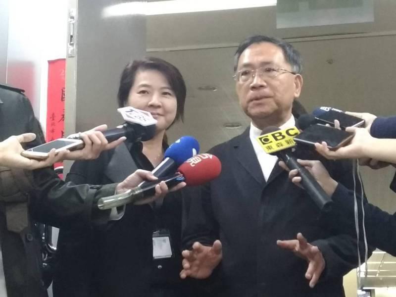 沒不和? 北市副市長蔡炳坤與另一位副市長黃珊珊,去年11月還同框受訪,要破除不和傳聞,沒想到昨卻傳出,蔡向市長柯文哲請辭獲慰留。 本報資料照片
