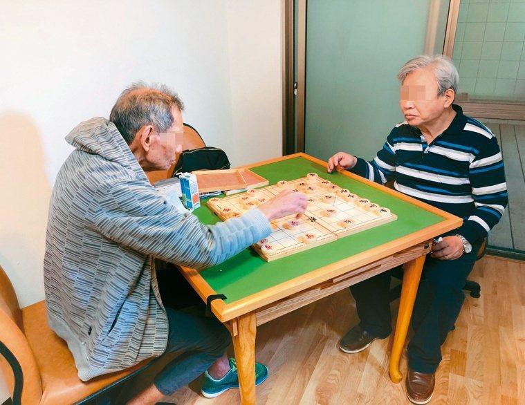 失智症長輩在瑞智互助家庭可從事許多休閒活動,延緩退化。記者黃惠群/攝影