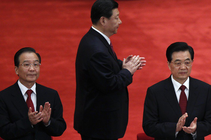 大陸前總理溫家寶(左)發表「我的母親」長文,文章被社群媒體平台封禁。圖中為現任大陸國家主席習近平。美聯社
