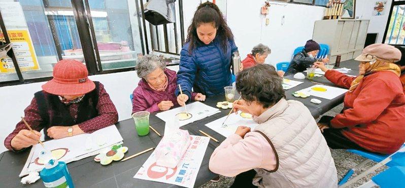 蘇文惠(站立者)教長輩畫畫,彼此都有了感情。圖/蘇文惠提供
