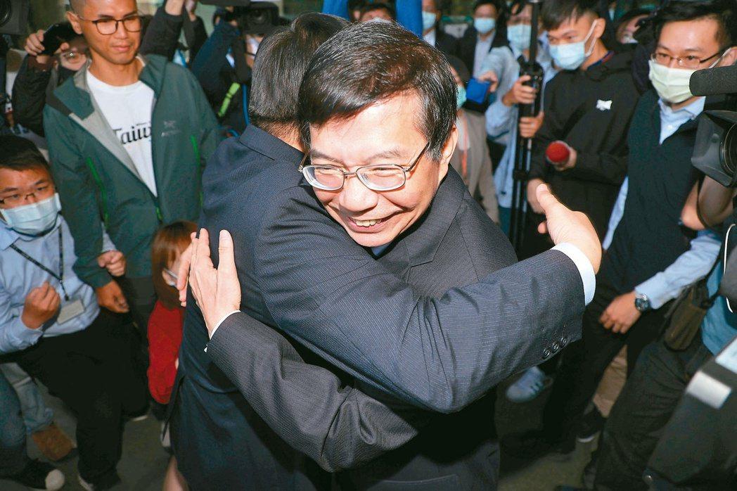 新卸任交通部長昨天交接。卸任部長林佳龍在離開交通部前,給新任部長王國材(右)一個...